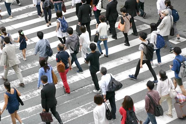 横断歩道を渡る人の写真です