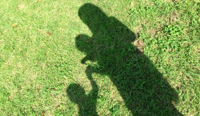 芝生と親子の写真です