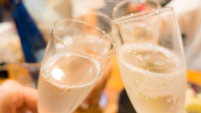 シャンパンで乾杯している写真です