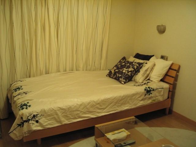 窓際のベッドの写真です