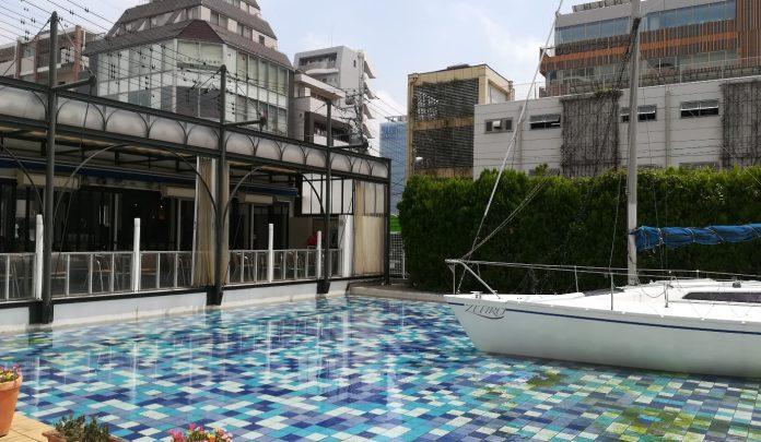 ヨットと水辺のレストラン