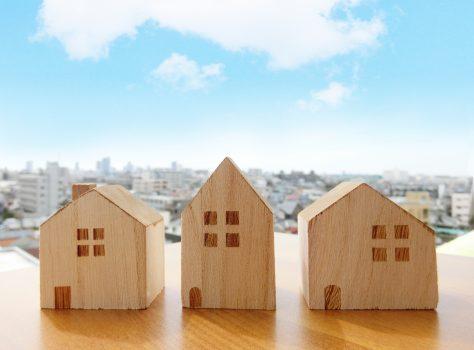 積み木の家と家並みと青空の写真です