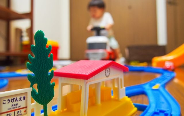 室内遊びの子供