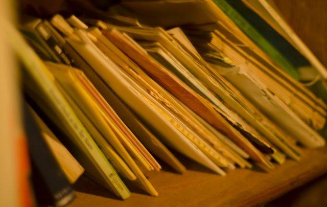乱雑に置かれた書類