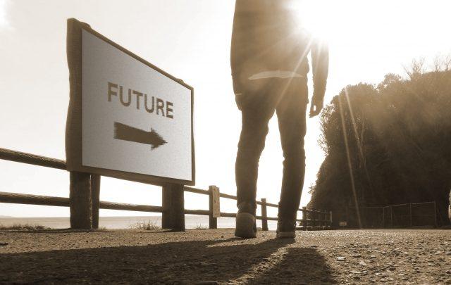 未来へ向かう男性