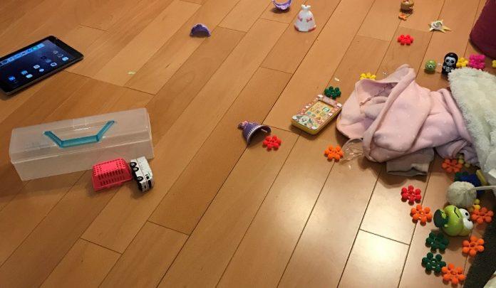 けんかで散乱したおもちゃ