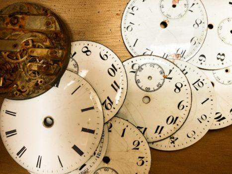 解体されたアンティーク時計