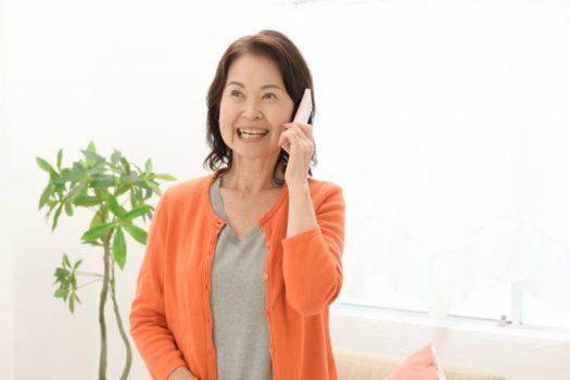 電話をかけるシニア女性