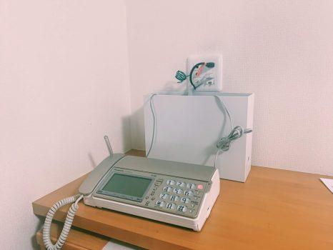 電話機と並べたファイルボックス