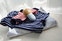 子どもの畳まれた衣類のイメージ