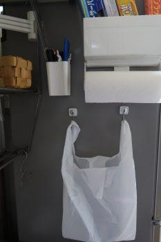 冷蔵庫にくっつけたレジ袋入りバッグ