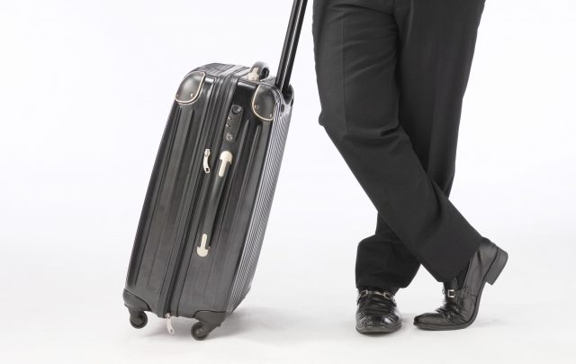 スーツケースを持つサラリーマン
