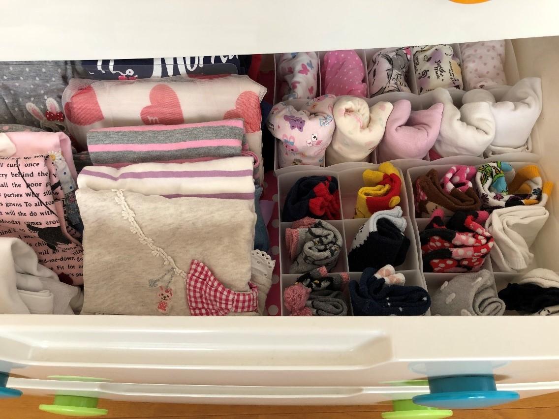 収納ケースの中の子供服