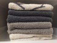 タオルを畳んで横からみた写真