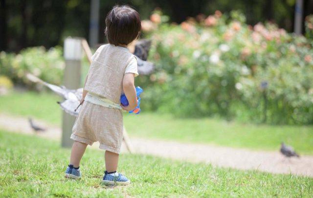 夏の公園で遊ぶ男の子
