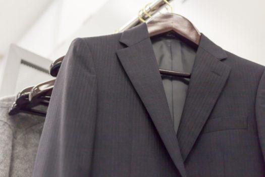 ハンガーにかかったスーツ