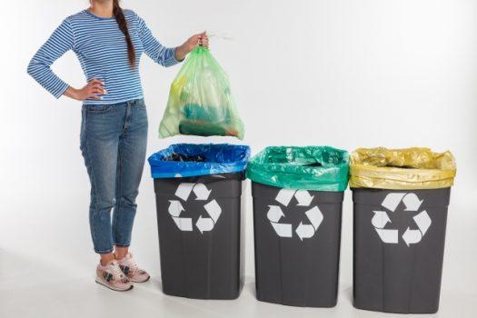 ごみを捨てる女性