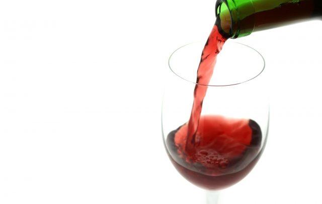グラスに注いだワイン