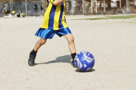 サッカーボールをける男子