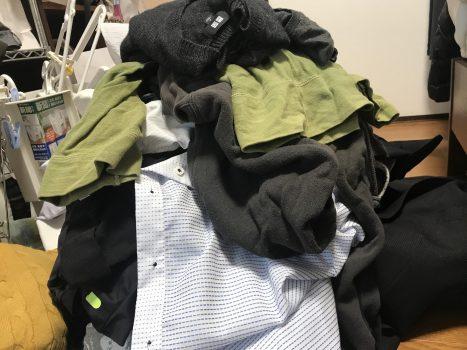 捨てる服の山