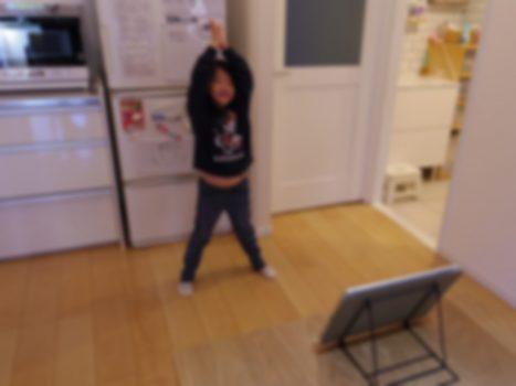 ダンスの練習をする娘